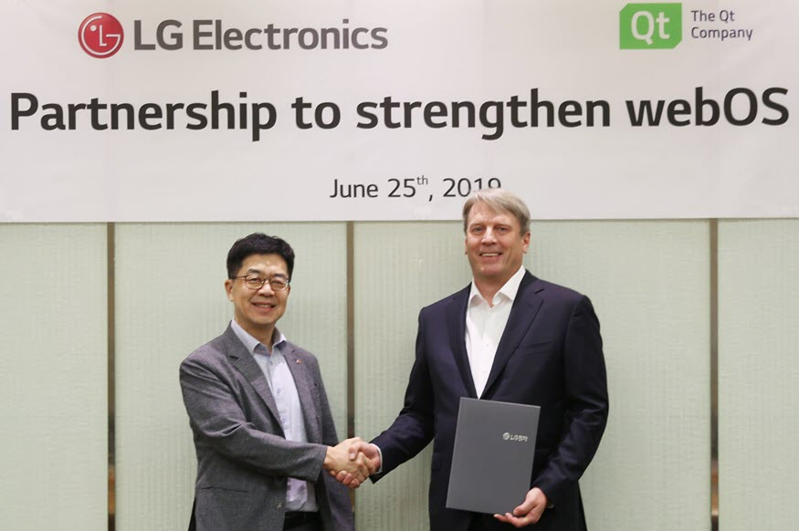 Dr. I.P. Park, president and CTO of LG Electronics, and Juha Varelius, CEO of Qt, shaking hands