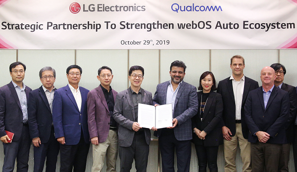 Dr. I.P. Park, president and CTO of LG Electronics, and Jim Cathey, senior vice president and president of global business operations, Qualcomm Technologies, Inc., holding the agreement together